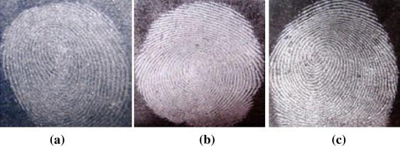 Résultats comparatifs de visualisation d'empreintes latentes sur du papier glacé de magazine en couleur avec  a) silica gel b) poudre blanche c) poudre grise claire
