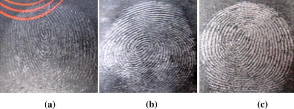 Résultats comparatifs de visualisation d'empreintes latentes sur un vaporisateur de parfum avec  a) silica gel b) poudre blanche c) poudre grise claire