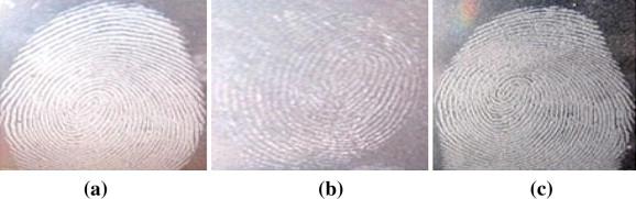 Résultats comparatifs de visualisation d'empreintes latentes sur l'endroit d'un CD avec  a) silica gel b) poudre blanche c) poudre grise claire